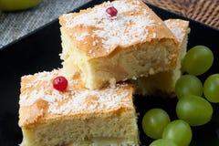 Apfelstrudel und Trauben Stockfoto