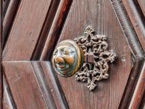Apfelweibla,在古色古香的门的葡萄酒门把 免版税库存照片