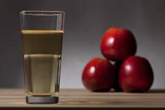 Apfelwein mit drei roten Äpfeln Stockfoto