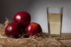 Apfelwein mit drei roten Äpfeln Lizenzfreies Stockfoto