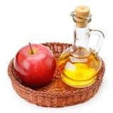 Apfelweinessig und -äpfel lokalisiert auf Weiß Stockbild