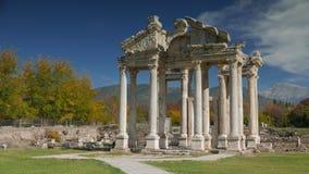 APHRODISIAS-ARCHÄOLOGISCHE FUNDSTÄTTE, AYDIN, DIE TÜRKEI - 15. NOVEMBER 2015: Alte Ruinen berühmten Tetrapylon-Tors des Tempels stock video footage