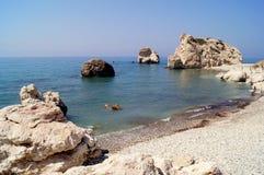 Aphrodite Bay Mooi die strand naast de Rots van de Griek, de geboorteplaats wordt gevestigd van de godin Aphrodite, Cyprus Stock Foto