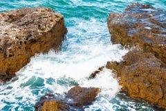aphroditefödelseorten cyprus nära tou för romiou för paphospetra-rock vågr Arkivfoto