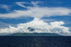 api flores gunung印度尼西亚海运 免版税库存照片