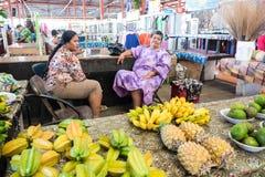 Apia, Σαμόα - 27 Οκτωβρίου 2017: θηλυκά stallholders που πωλούν το frui Στοκ Εικόνες