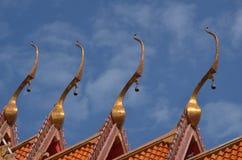 Apice del timpano del tetto del tempio di buddismo del tempio fotografie stock libere da diritti