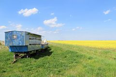 Apiculteur et ses ruches mobiles photographie stock