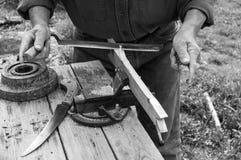 Apiculteur travaillant avec les outils de bricolage traditionnels de menuiserie photos stock