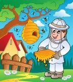 Apicultor con la colmena y las abejas Imagenes de archivo