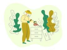 Apicultor en un traje protector que trabaja en colmena del colmenar con el cepillo y el fumador Proceso de producci?n org?nico de stock de ilustración