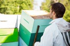 Apicultor Loading Honeycomb Crates Imágenes de archivo libres de regalías