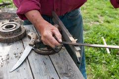 Apicultor que trabalha com as ferramentas tradicionais da mão da carpintaria foto de stock royalty free