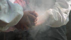 Apicultor que usa humo metrajes