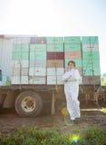 Apicultor Standing Against Truck cargado con Imagenes de archivo