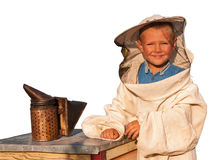Apicultor un muchacho joven que trabaja en el colmenar Imagen de archivo libre de regalías
