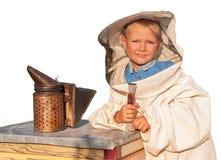 Apicultor un muchacho joven que trabaja en el colmenar Fotografía de archivo