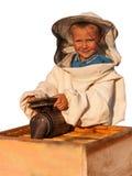 Apicultor un muchacho joven que trabaja en el colmenar Fotos de archivo