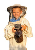 Apicultor un muchacho joven que trabaja en el colmenar Foto de archivo