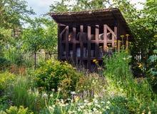 Apicultura europea tradicional de la miel de la casa de la colmena de la abeja Imagen de archivo