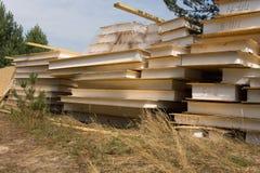 Apilado de los materiales de construcción en paisaje herboso Imagen de archivo libre de regalías