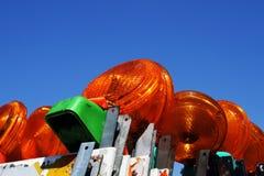 Apilado encima de las barricadas del peligro de la construcción con las luces imágenes de archivo libres de regalías