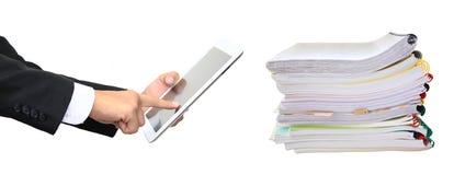 Apile las carpetas de papel y el finger que señalan a la tableta aislada Fotografía de archivo