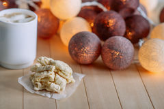 Apile las galletas caseras del ` s de la mamá en fondo natural de madera En las linternas redondas del resplandor del fondo Imagen de archivo libre de regalías