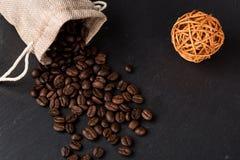 Apile las habas del coffe y la taza de café fresco Imágenes de archivo libres de regalías