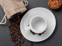 Apile las habas del coffe y la taza de café fresco Imagen de archivo libre de regalías