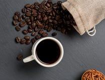 Apile las habas del coffe y la taza de café fresco Imagen de archivo