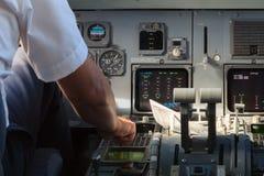 Apilot που ελέγχει τα όργανα σε ένα πιλοτήριο αεροπλάνων Στοκ εικόνες με δικαίωμα ελεύθερης χρήσης