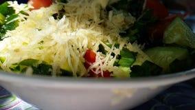 Apio de la ensalada del pepino que prepara el tiro de la cámara lenta de los tomates del aperitivo de la frescura almacen de video