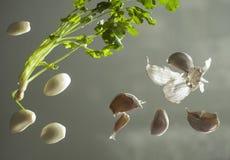 Apio y ajo en una superficie de cristal Foto de archivo