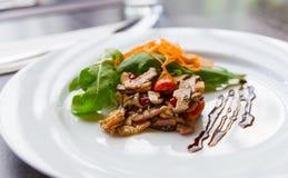 Apitizer champinjonsallad som är blandad med griskött Arkivbild