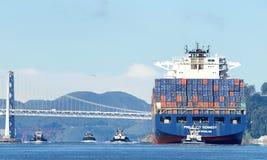 Apl-Frachtschiff PRÄSIDENT abreisender KENNEDY der Hafen von Oakland lizenzfreie stockfotografie