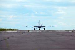 Aplane na pista de decolagem contra o céu azul imagens de stock