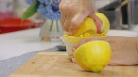 Aplastando el limón y la fabricación del jugo mientras que cocina la torta de la crema del queso con los arándanos almacen de video