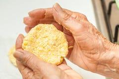 Aplatissez les boules de la pâte pour former la forme typique d'arepa photo libre de droits