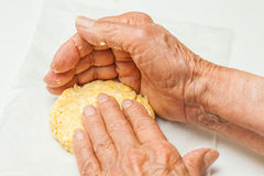 Aplatissez les boules de la pâte pour former la forme typique d'arepa image libre de droits