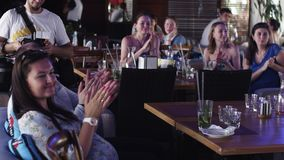 Aplauso de la gente en la tabla en restaurante Evento de la celebración holidays Sonrisa almacen de metraje de vídeo