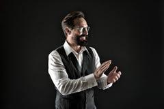 Aplauso do bravo O aplauso formal elegante bem preparado do terno do homem entrega a aprovação de algo fundo preto Homem de negóc fotos de stock