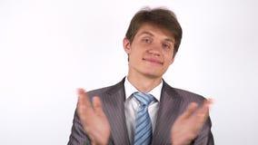 Aplauso sarcasticamente homem novo que aplaude filme
