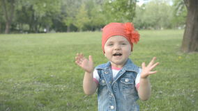 Aplausos e sorrisos bonitos pequenos da menina vídeos de arquivo