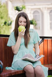 aple κορίτσι βιβλίων υπαίθρια Στοκ Φωτογραφία