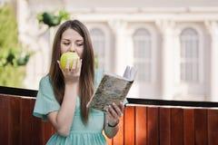 aple κορίτσι βιβλίων υπαίθρια Στοκ φωτογραφίες με δικαίωμα ελεύθερης χρήσης