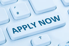 A aplicação aplica o keybo azul do computador do Internet da busca de emprego on-line imagens de stock