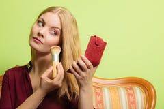 A aplicação atrativa da mulher compõe com a escova Foto de Stock