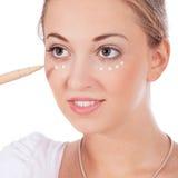 A aplicação bonita da mulher compõe na cara foto de stock royalty free