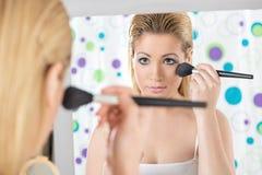 A aplicação bonita da mulher cora Fotografia de Stock Royalty Free